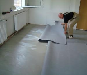 Verlegen von PVC-Bodenbelag